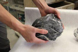 Sammeln von schönen Stein Elementen - nasser Stein